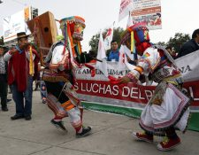 Integrantes de grupos sociales protestan en un evento, alterno a la VIII Cumbre de las Américas en Lima,Perú.(Foto Prensa Libre:EFE).