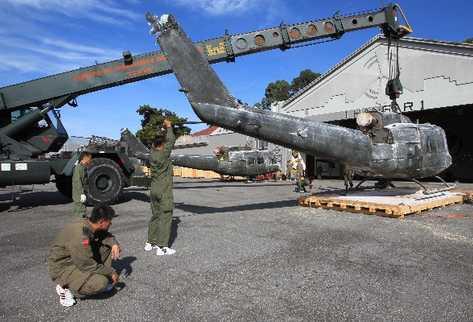 mecánicos de la FAG acomodan las piezas que le fueron desmontadas a los dos helicópteros  donados por Taiwán a Guatemala.