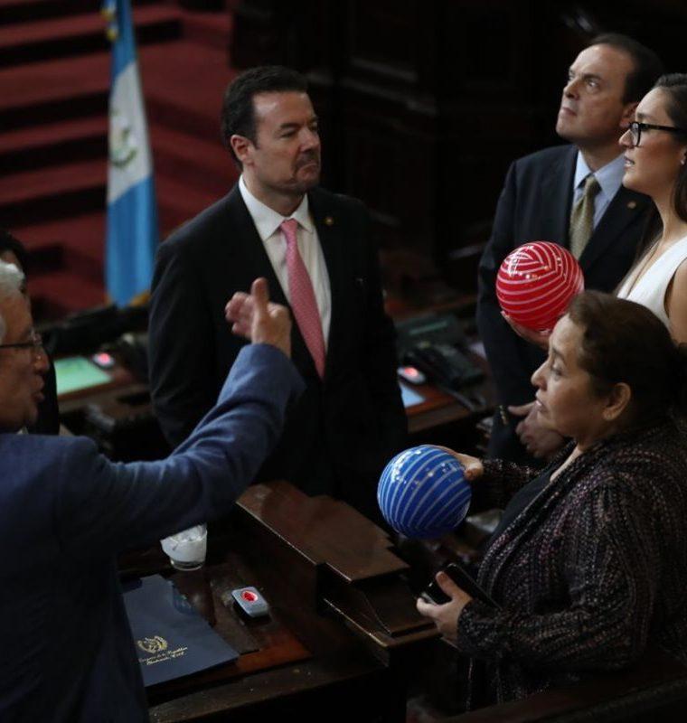 Los diputados recibieron como regalo pelotas de plástico, de parte de los seleccionados nacionales. (Foto Prensa Libre: Esbin García)