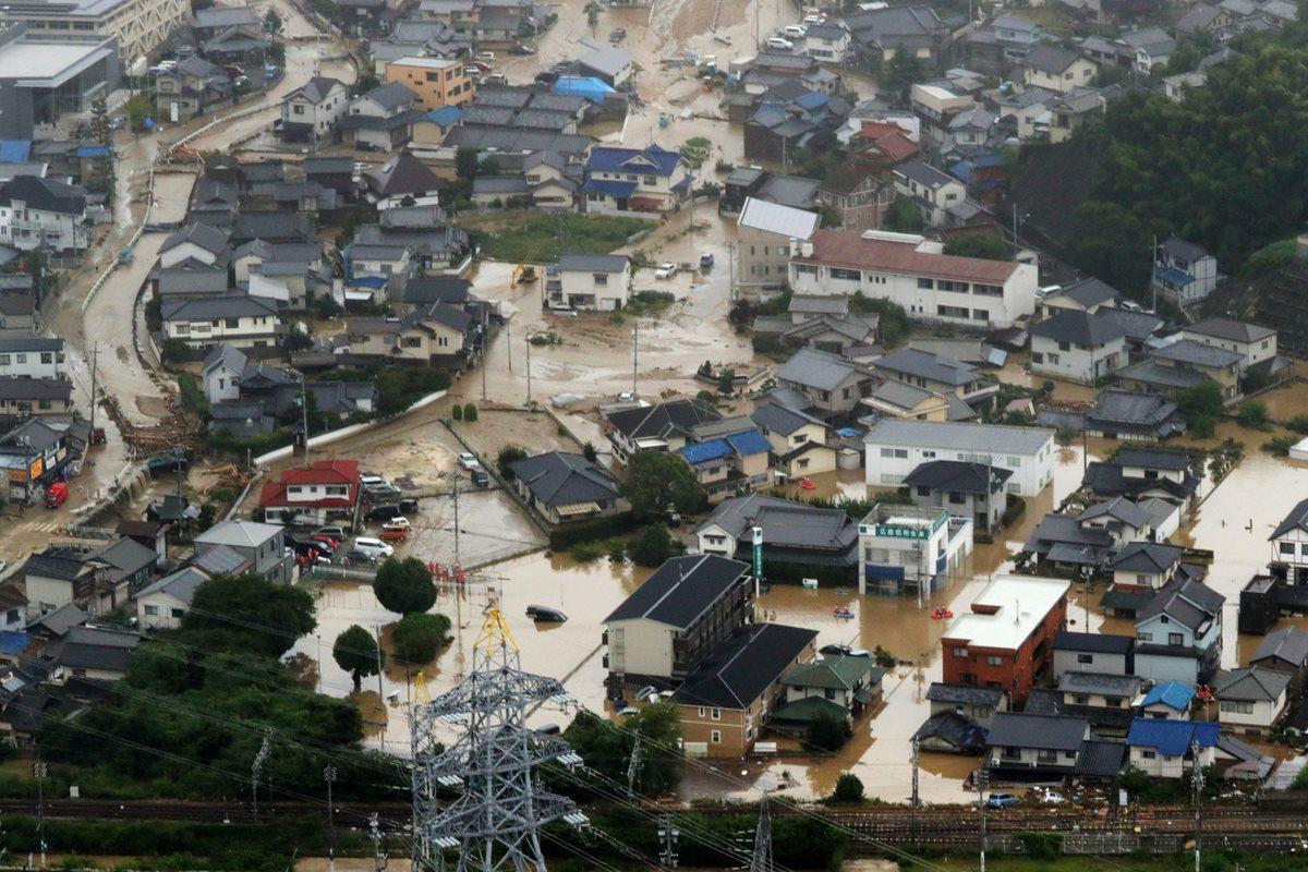 Las inundaciones causadas por la lluvia destruyó casas y principales calles en la ciudad de Saka, en Hiroshima, Japón. (AFP).