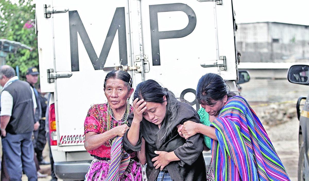 Familiares de las víctimas en el lugar de la masacre en San José Nacahuil. Foto Prensa Libre: Hemeroteca PL.