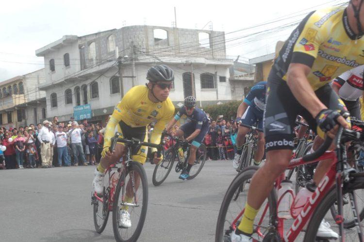 El líder Alfredo Ajpacajá acapara la atención en la etapa. (Foto Prensa Libre: Norvin Mendoza).