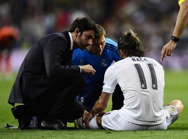 Gareth Bale se marchó lesionado del estadio Santiago Bernabéu. (Foto Prensa Libre: AFP)