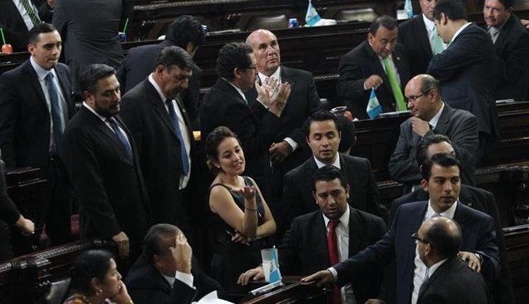 Diputados del Congreso durante la sesión del 13 de septiembre cuando intentaron reformar el Código Penal. (Foto Prensa Libre: Hemeroteca PL)