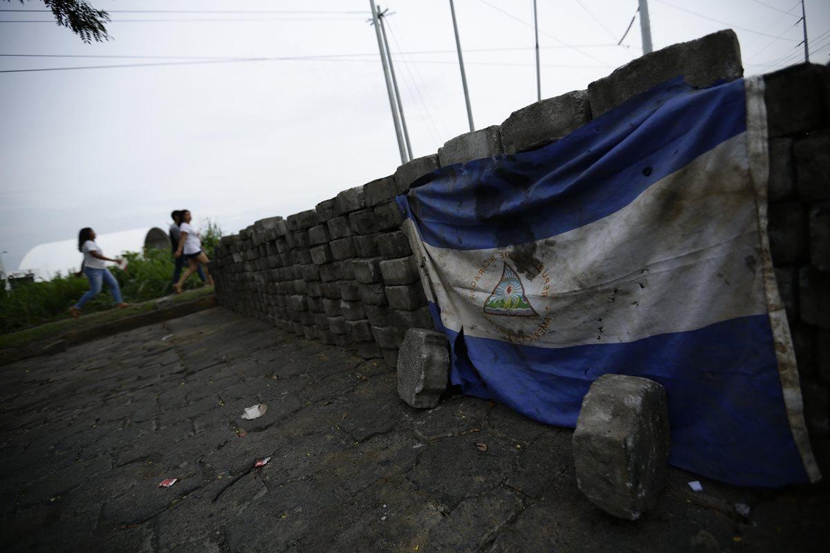 Barricada que instalaron estudiantes en la Universidad Nacional Autónoma de Nicaragua. Estudiantes de la Upoli abandonaron las instalaciones. (Foto Prensa Libre: EFE)