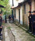 Agentes policiales durante un operativo la mañana de este lunes. (Foto Prensa Libre: PNC)
