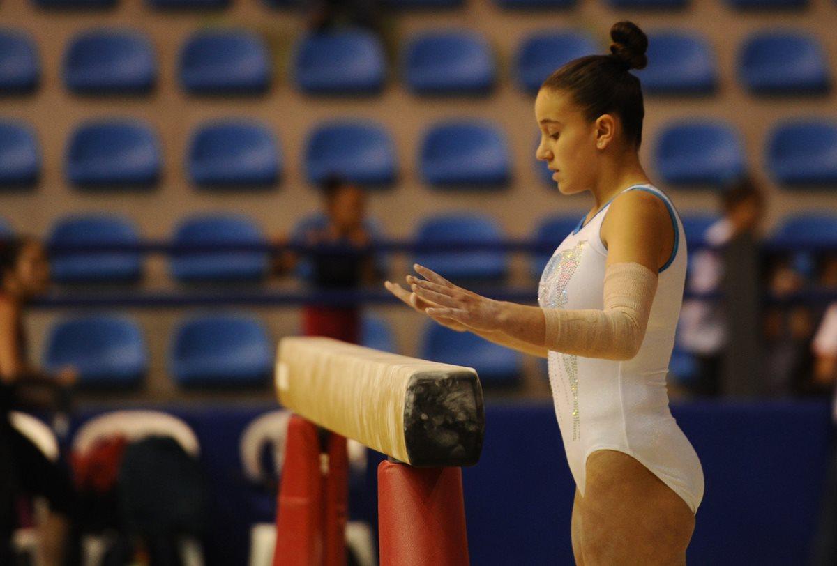 La concentración de la atleta es fundamental para que los ejercicios sean perfectos.