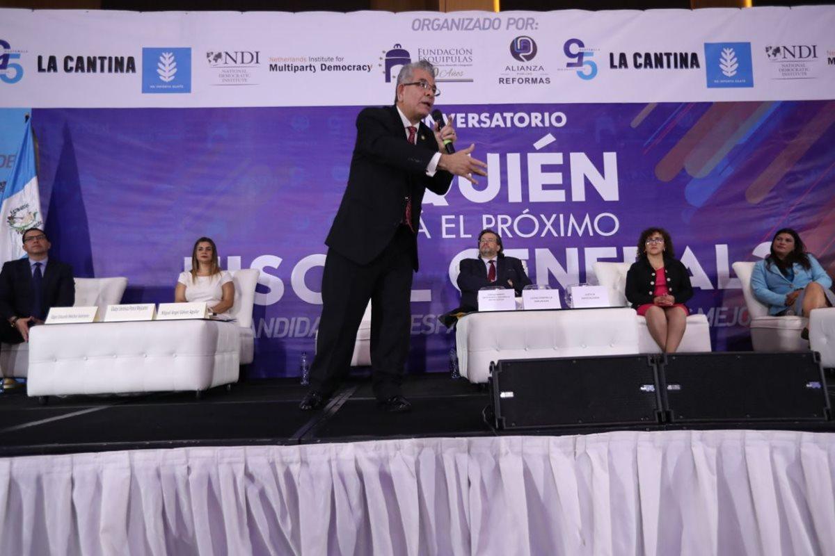 El candidato a fiscal general, Miguel Ángel Gálvez, fue uno de los más dinámicos al momento de su intervención en el conversatorio. (Foto Prensa Libre: Esbin García)