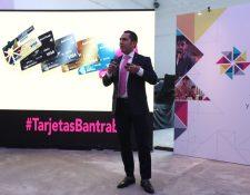 Herbert Hernández, director División Comercial del Bantrab informó sobre las nuevas opciones de tarjeta de crédito que ofrecerá el banco a partir de diciembre del 2018. (Foto Prensa Libre: Esbin García)