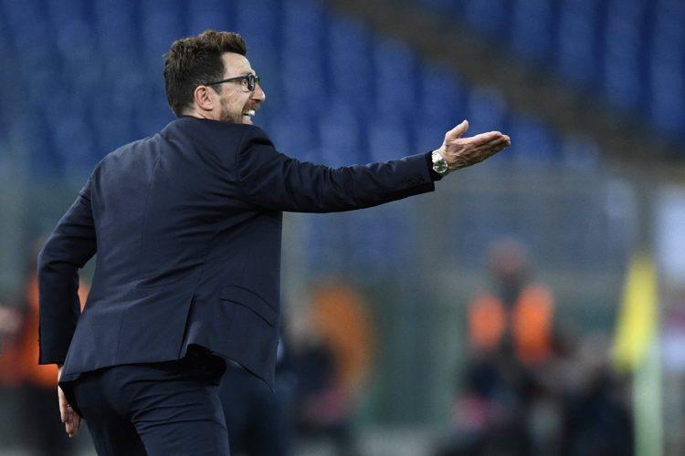 Eusebio Di Francesco exige a sus jugadores durante el encuentro frente al Barcelona. (Foto Prensa Libre: AFP)