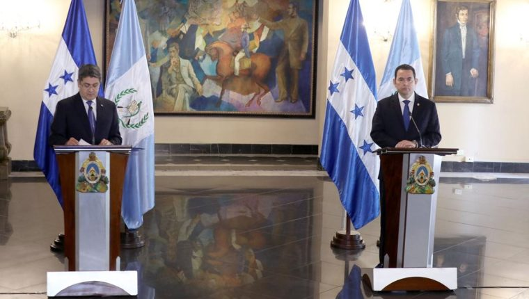 Los presidentes de Honduras, Juan Orlando Hernández y de Guatemala, Jimmy Morales, ofrecen una conferencia de prensa después de reunirse para hablar sobre migración. (Foto Prensa Libre: Presidencia)