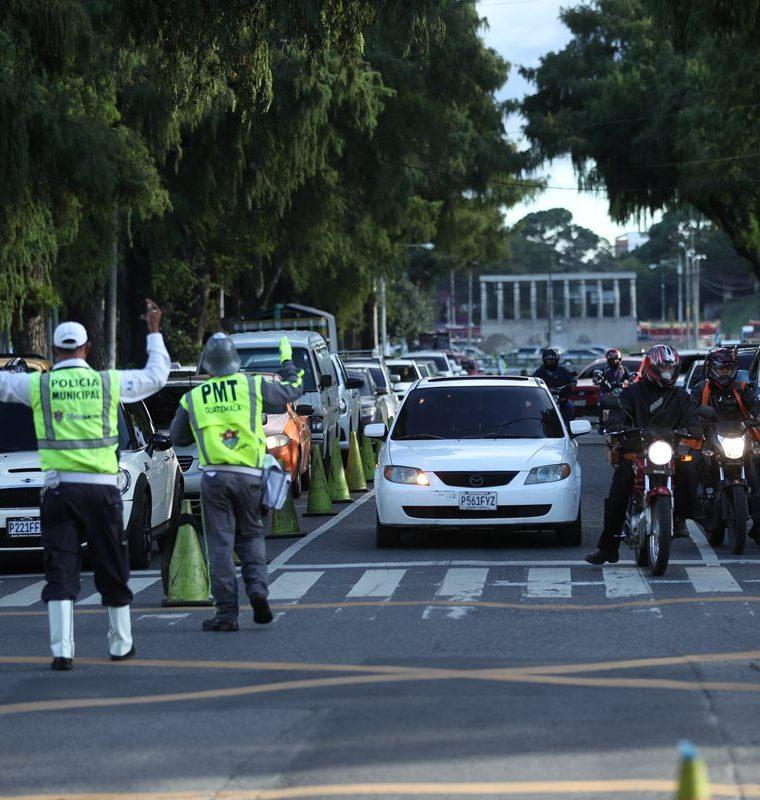 Automovilistas se quejan de que agentes de la PMT detienen mucho tiempo el tránsito en la 7a. avenida y calle Montúfar, zona 9. (Foto Prensa Libre: Esbin García)