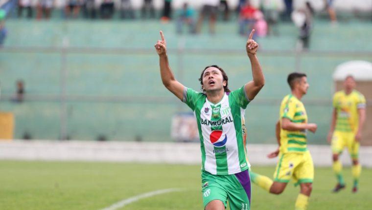 El ariete mexicano Agustín Herrera celebra uno de los tres goles que le anotó a Guastatoya. (Foto Prensa Libre: Edwin Fajardo)