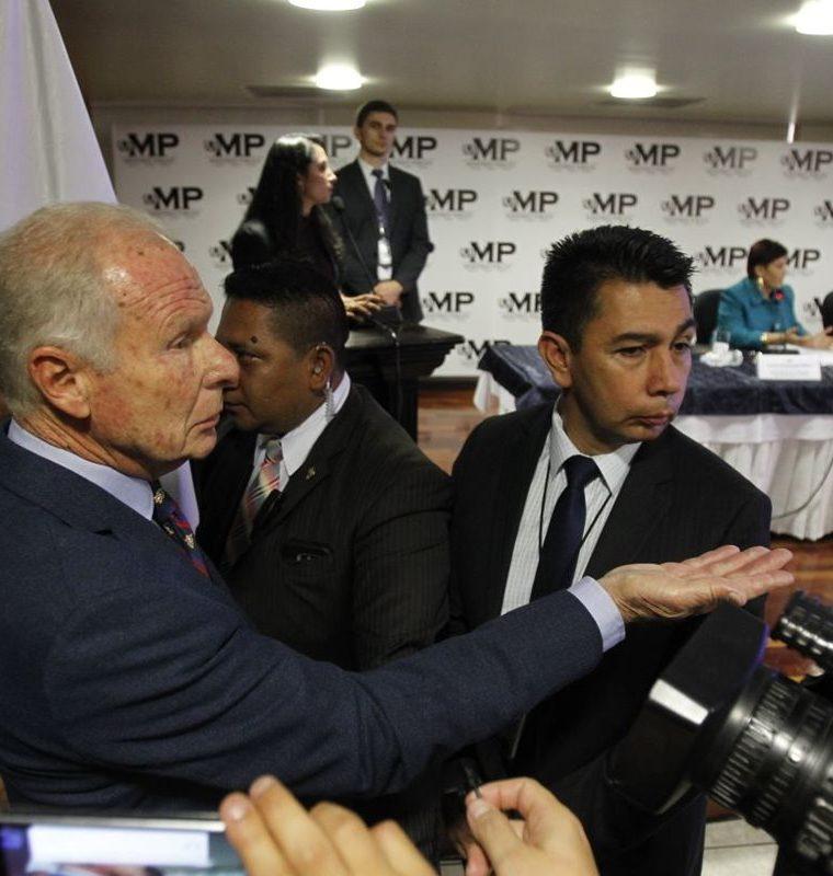 El alcalde Arzú escuchó detenidamente la conferencia de prensa en el Ministerio Público. (Foto Prensa Libre: Paulo Raquec)