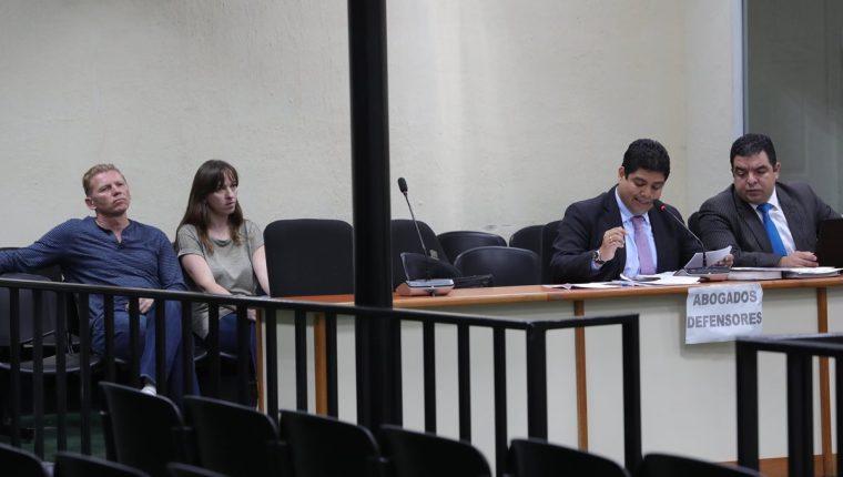 Igor Bitkov junto a su traductora y sus abogados defensores durante la audiencia de ofrecimiento de prueba realizada en el Juzgado de Mayor Riesgo D. (Foto Prensa Libre: Estuardo Paredes)
