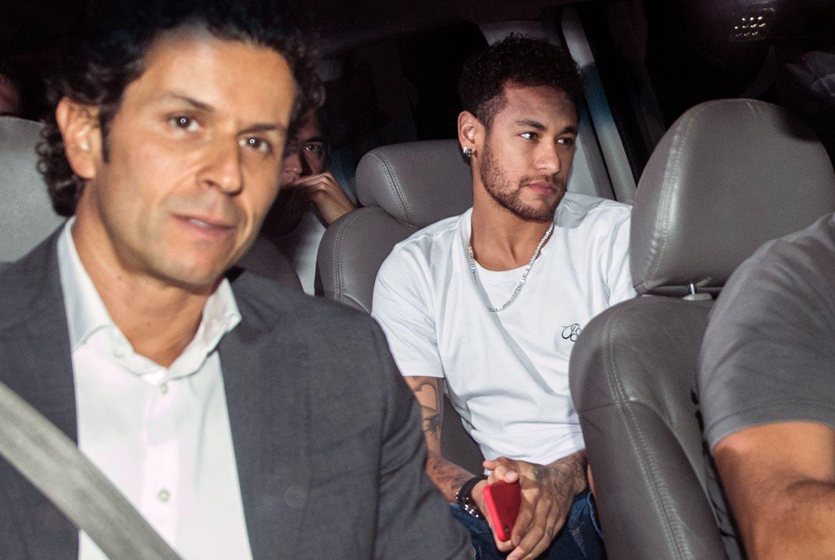 Neymar y el médico brasileño Rodrigo Lasmar, en su llegada a Belo Horizonte. (Foto Prensa Libre: AFP)