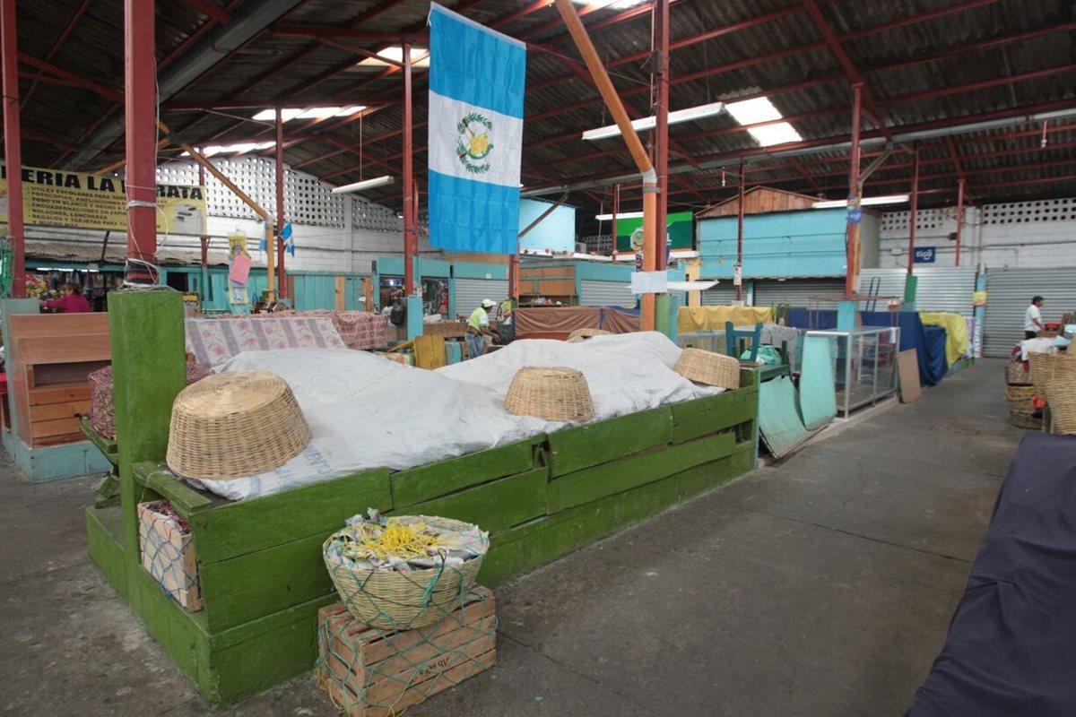 Algunos locales del mercado La Candelaria, en la zona 6, permanencen cerrados por la presión de extorsionistas. (Foto Prensa Libre: Erick Ávila)
