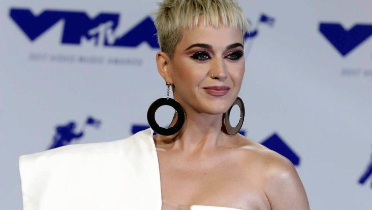 Katy Perry ha sido criticada por darle un beso en los labios a un joven concursante de American Idol. Algunos usuarios de redes sociales dicen que es acoso sexual. (Foto Prensa Libre: EFE).