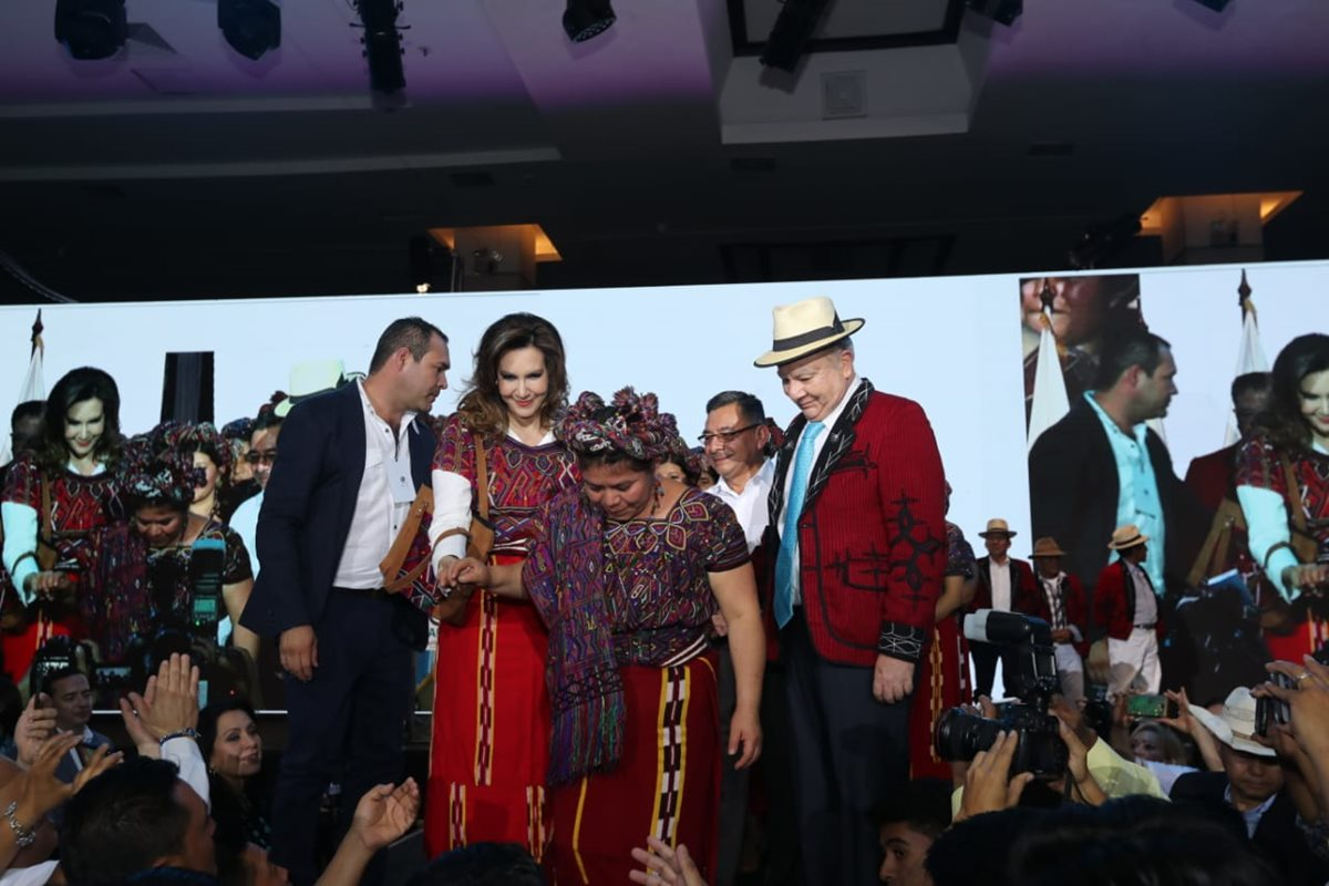 El binomio presidencial de Valor usó un traje típico de Santa María Nebaj, Quiché durante el acto de proclamación. (Foto Prensa Libre: Erick Ávila)