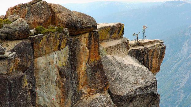 El punto Taft es un famoso mirador en el Parque Nacional Yosemite en EE.UU. Ubicado a unos 900 metros de altura, se ha convertido en un lugar para pedir casamiento. GETTY IMAGES