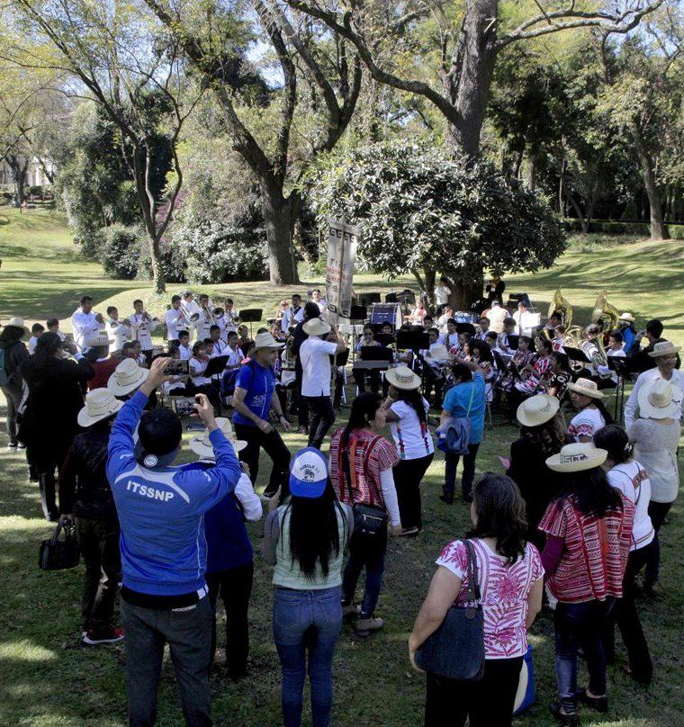 En las afueras de la residencia. (Foto Prensa Libre: AFP)