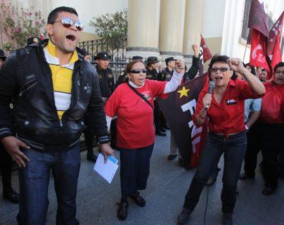 Los trabajadores sindicalizados de Salud Pública, entre otras medidas tomadas afectaron a la población, como la desatención en consultas externas. (Foto Prensa Libre: Hemeroteca PL)