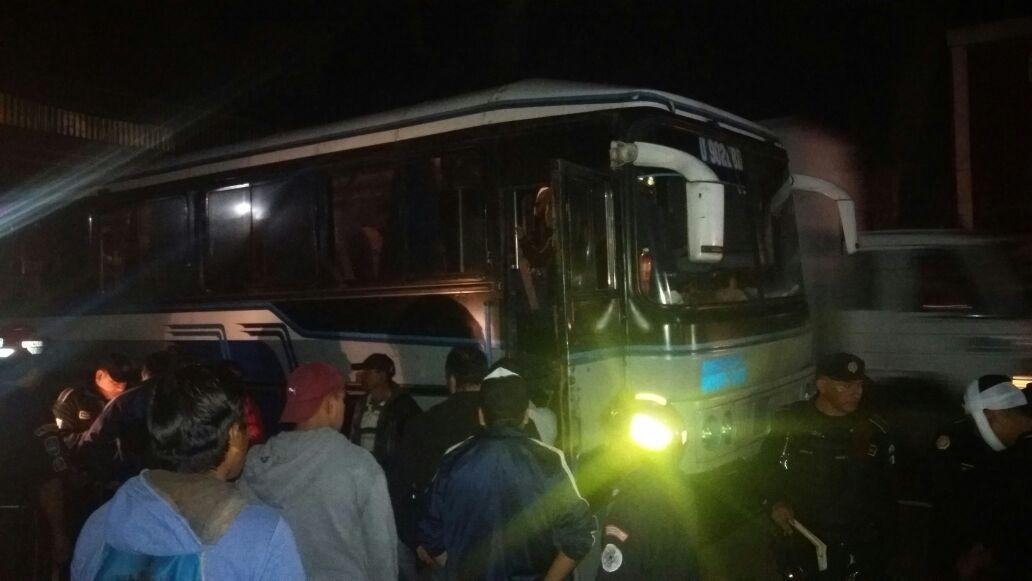 Asalto a bus deja una persona herida y varias con crisis nerviosa, camioneta se detiene en El Tejar, Chimaltenango. (Foto Prensa Libre: Víctor Chamalé)
