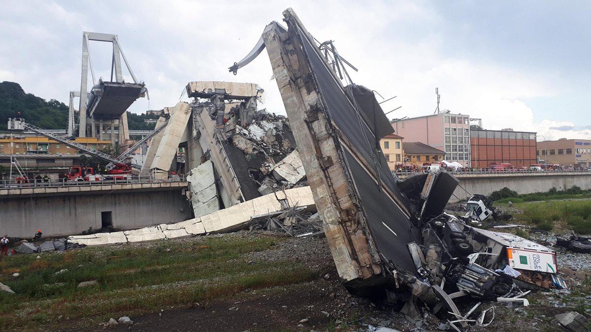 Servicios de emergencia trabajan entre los escombros tras el derrumbe de un viaducto en Génova, Italia, donde murieron al menos 22 personas. (Foto Prensa Libre: EFE)