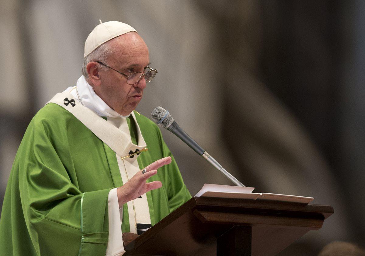 """El papa acusa al episcopado de El Salvador de """"difamar y calumniar"""" a monseñor Romero"""