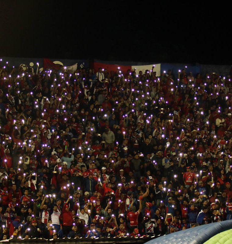 Los aficionados del estadio Mario Camposeco dieron todo su apoyo a los jugadores de Xelajú MC (Foto Prensa Libre: Carlos Ventura)