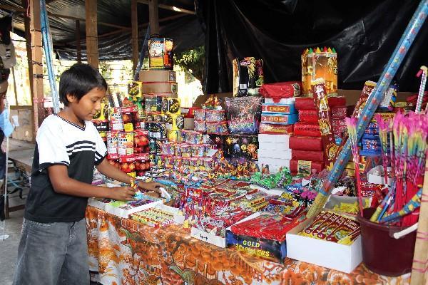 Un niño ordena una  venta   de juegos pirotécnicos    en la cabecera  de Retlahuleu.