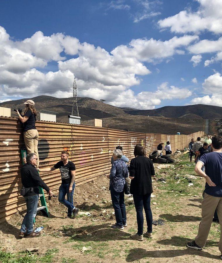 Turistas llegan a la frontera para ver los prototipos del muro de del presidente estadounidense Donald Trump. (EFE).