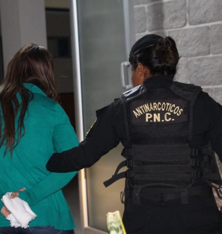 Jessica Vanessa Méndez Pineda al momento que de ser detenida en el operativo.(Foto Prensa Libre: PNC)
