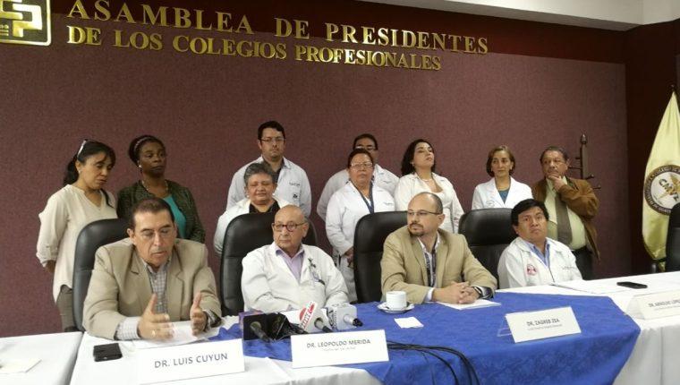Los profesionales de la salud que trabajan en el sector público buscan un reajuste salarial (Foto Prensa Libre: Geldi Muñoz).