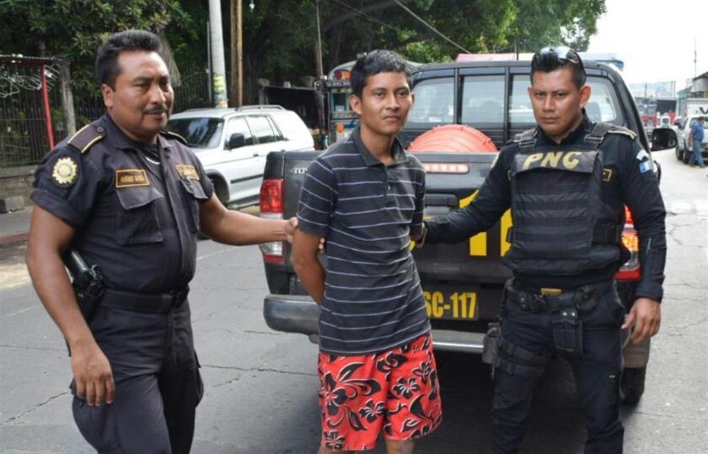 Dorian Josué Ortiz Salazar es el adulto capturado sindicado de asalto en Escuintla. (Foto Prensa Libre: Enrique Paredes).