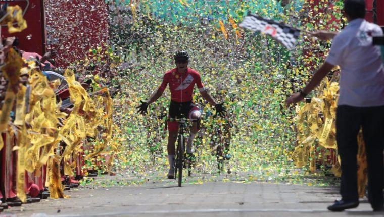 Alonso Gamero comienza su celebración después de ganar la novena etapa de la 58 Vuelta a Guatemala. (Foto Prensa Libre: Norvin Mendoza)