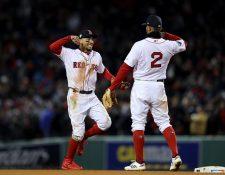 Mookie Betts #50 y Xander Bogaerts #2, festejan en la victoria de Boston. (Foto Prensa Libre: AFP)