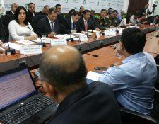 Altos funcionarios de Estado asisten a la citación de UNE sobre los rumores de golpe de Estado que mencionó el gobernante Jimmy Morales. (Foto Prensa Libre: Jessica Gramajo)