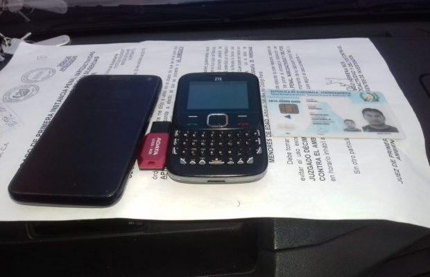 Las autoridades incautaron dos teléfonos y una memoria usb a Choc. (Foto Prensa Libre: MP)