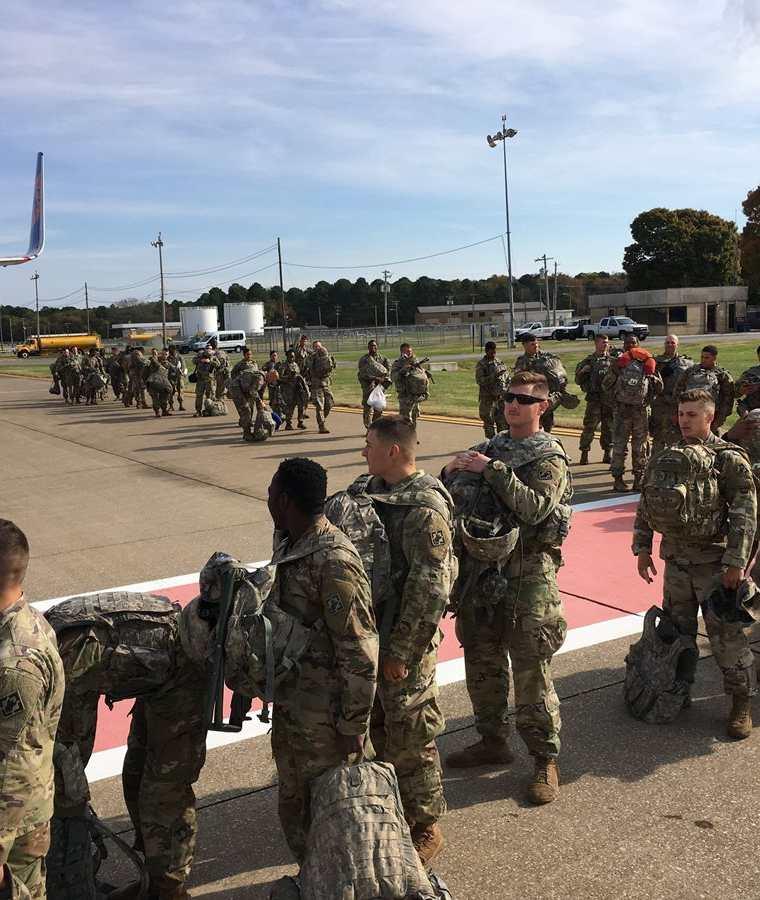 Soldados se preparan para ir a las fronteras, en Fort Campbell, Kentucky. (Foto Prensa Libre: AFP)