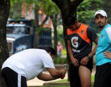 Fredy Fernández, médico de Comunicaciones, examina al portero Juan José Paredes (Foto Prensa Libre: Edwin Fajardo)