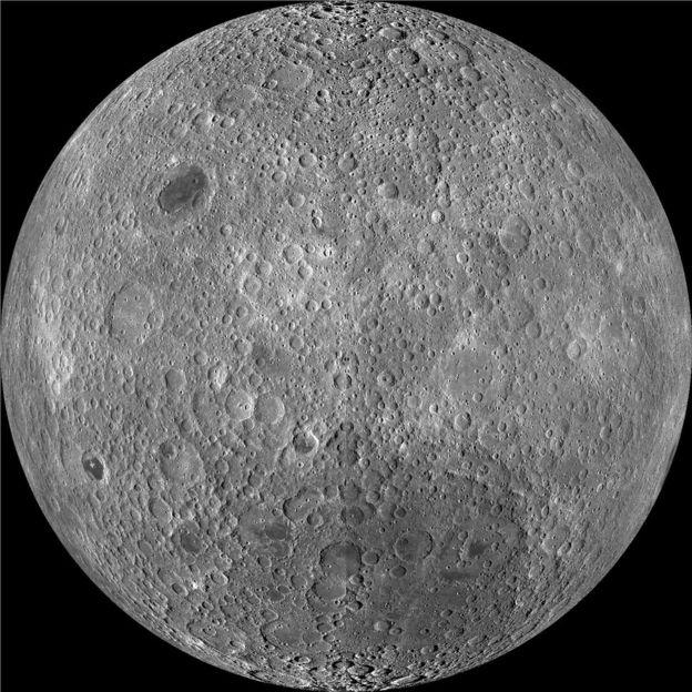 El lado lejano de la Luna tiene una corteza más gruesa y muchos más cráteres que su cara más conocida. NASA