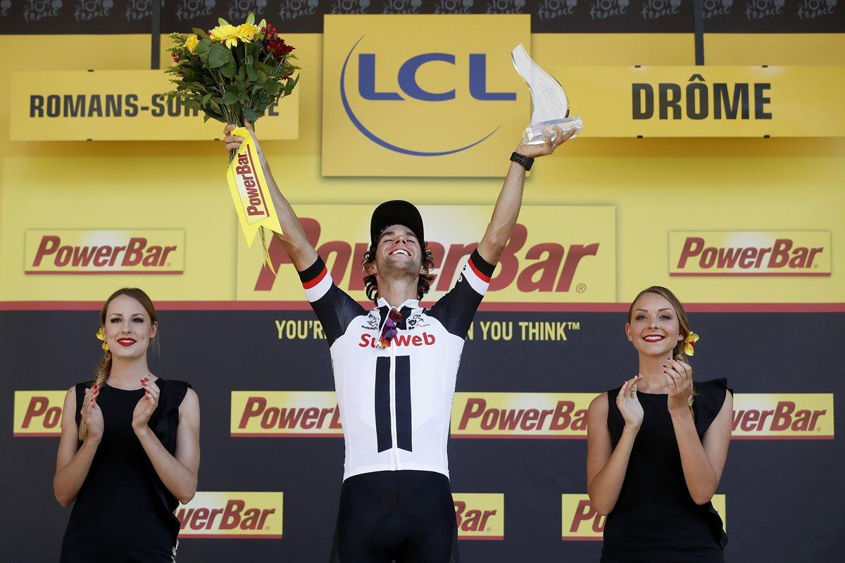 El ciclista australiano Michael Matthews, celebra su victoria en el podio tras la decimosexta etapa del Tour de Francia. (Foto Prensa Libre: EFE)