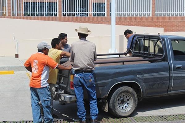 Familiares de los hermanos Gomez Pineda exigen que se investigue el doble crimen. (Foto Prensa Libre: Óscar González).