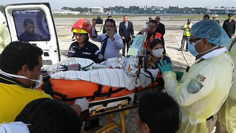 Un paciente en estado crítico es trasladado a México para ser atendido en un hospital especializado en quemaduras. (Foto Prensa Libre: Ministerio de Salud)