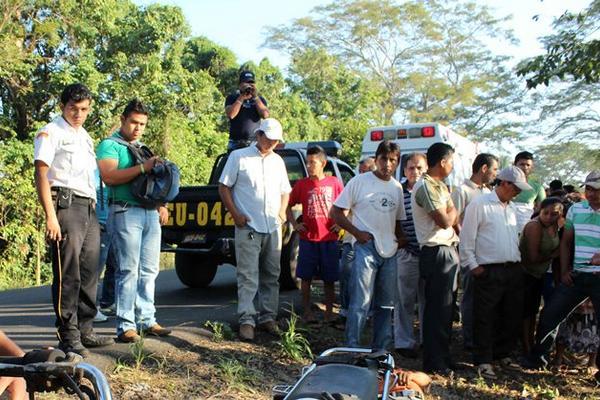 Curiosos observan el cadáver de Luis Felipe Sarat, quien fue encontrado en la ruta entre Champerico y Retalhuleu. (Foto Prensa Libre: Rolando Miranda)