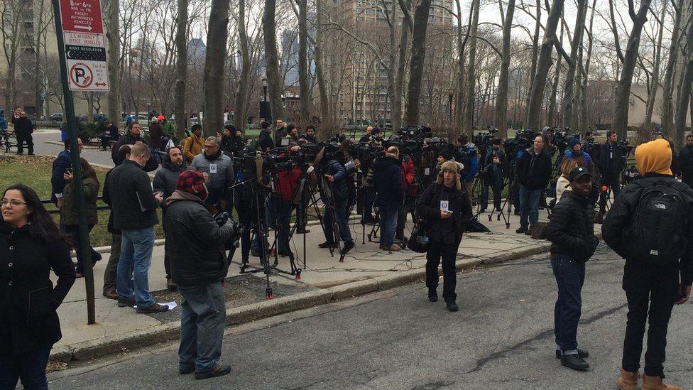 Diversos medios locales e internacionales han seguido las comparecencias de Guzmán en la corte de Nueva York. BBC MUNDO