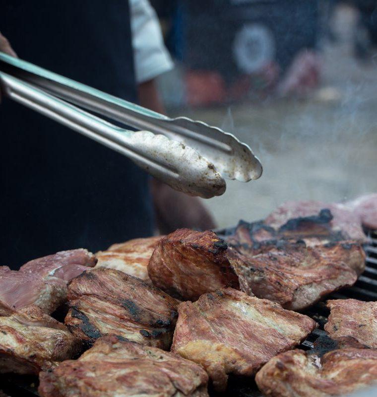 Carne de res, pollo, cerdo y costillas será parte de la variedad del evento. (Foto Prensa Libre: Cortesía Club Rotario Guatemala de La Ermita)