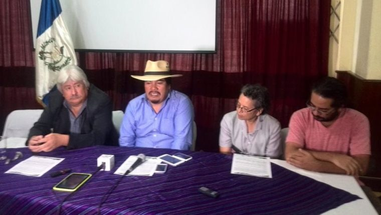 Representantes de organizaciones sociales anuncian las medidas a tomar a partir del martes para exigir la renuncia del Presidente. (Foto Prensa Libre: Urías Gamarro)