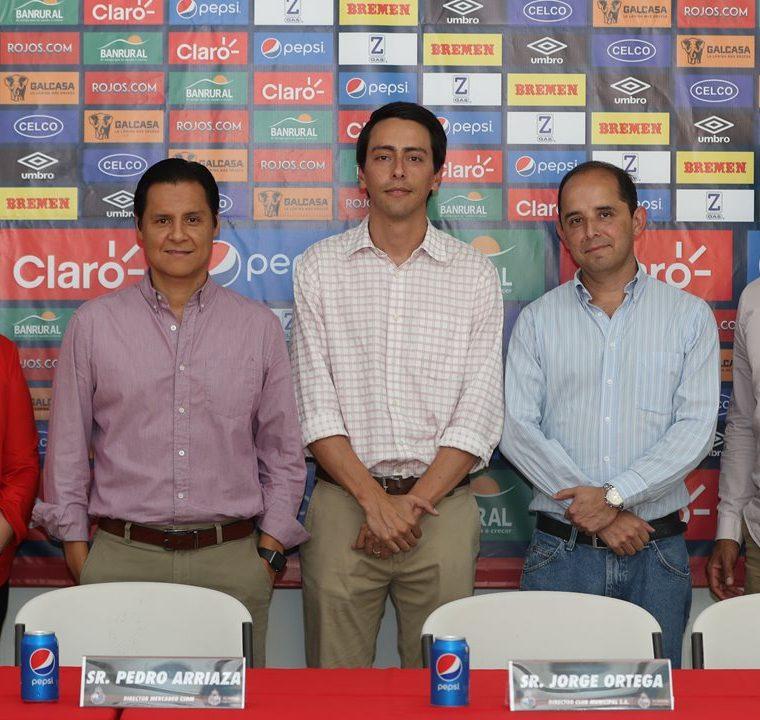 Directivos de Municipal y representantes de la Academia de los escarlatas en Villa Nueva posan en la presentación de la franquicia del club rojo. (Foto Prensa Libre: Jorge Ovalle)